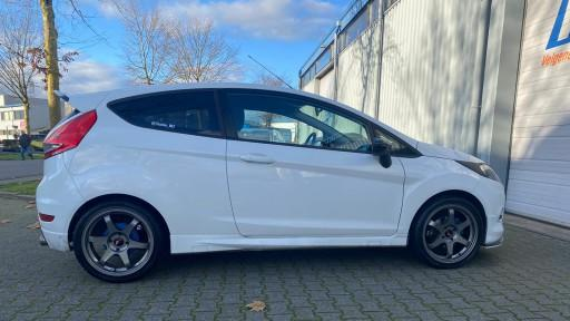 Ford Fiesta met 17 inch Japan Racing JR3