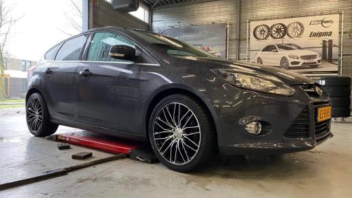 Ford Focus met 18 inch Monaco GP2 black-pol