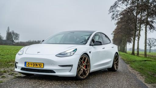 Tesla Model 3 Performance met 20 inch Vossen HF5 HF-5 bronze