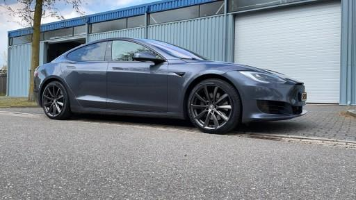 Tesla Model S met 20 inch Monaco GP6 antraciet